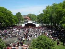 La gente se sienta en sillas como estudiantes de Harvard Business de Harvard Uni Fotografía de archivo libre de regalías