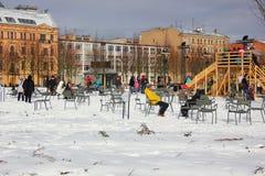 La gente se sienta en sillas en el invierno en la isla de nueva Holanda Imagenes de archivo