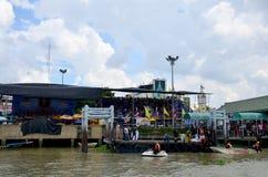 La gente se une a y anima en regatas largas Fotografía de archivo