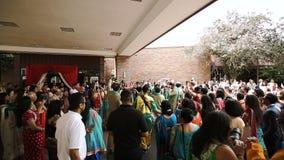 La gente se vistió en danza india étnica de la ropa afuera almacen de video