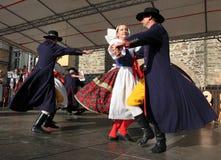 La gente se vistió en el baile tradicional checo del atuendo y el canto. Imagenes de archivo