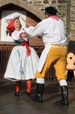 La gente se vistió en el baile tradicional checo del atuendo y el canto. Foto de archivo libre de regalías