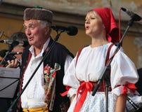 La gente se vistió en el baile tradicional checo del atuendo y el canto. Imágenes de archivo libres de regalías