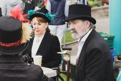 La gente se vistió en vestidos titánicos de la era en una feria durante el festivo de mayo en Cobh, Irlanda Fotografía de archivo libre de regalías