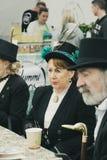 La gente se vistió en vestidos titánicos de la era en una feria durante el festivo de mayo en Cobh, Irlanda Fotos de archivo
