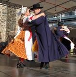 La gente se vistió en el baile tradicional checo del atuendo y el canto. Fotografía de archivo libre de regalías