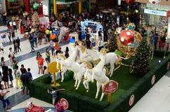 La gente si affolla alla statua della schiuma di stirolo dei cavalli bianchi dell'unicorno che tirano il trasporto sferico dorato Immagini Stock Libere da Diritti