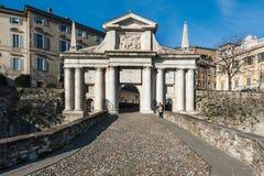 La gente si avvicina ai portoni della città di San Marco nella città di Bergamo, Italia Fotografia Stock Libera da Diritti