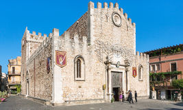 La gente si avvicina al duomo Catherdal nella città di Taormina Immagini Stock