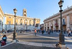 La gente si avvicina al museo su Piazza del Campidoglio Immagine Stock Libera da Diritti