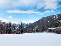 La gente si avvicina all'ascensore di sci ed i pendii nelle montagne dell'inverno ricorrono, alpi francesi Fotografia Stock