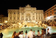La gente si avvicina alla fontana Fontana di Trevi alla notte Immagini Stock Libere da Diritti