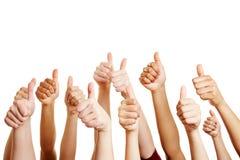 La gente si congratulano ed i pollici della tenuta su Immagine Stock