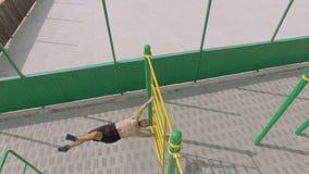 La gente si prepara su un campo sportivo all'aperto di estate, colpo aereo archivi video