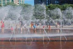 La gente si raffredda fuori dal calore a Boston fotografia stock