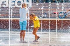 La gente si raffredda nella nuova fontana nel parco di Museon Immagini Stock Libere da Diritti