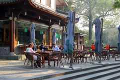 La gente si rilassa ad un terrazzo lungo il lago ad ovest unesco a Hangzhou, Cina Immagine Stock Libera da Diritti