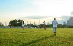 La gente si rilassa al parco a Singapore Immagini Stock Libere da Diritti