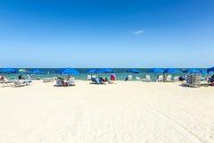 La gente si rilassa alla spiaggia del parco di Crandon fotografie stock libere da diritti