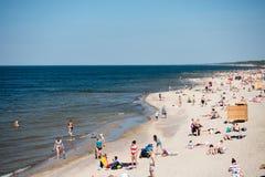 La gente si rilassa alla spiaggia della città sulla costa del Mar Baltico Immagini Stock Libere da Diritti