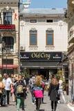 La gente si rilassa nella città del centro di Bucarest fotografie stock