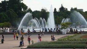La gente si rilassa nella città nella celebrazione intorno alle fontane ed al parco sulle vie di Mosca stock footage