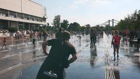 La gente si rilassa nella città nella celebrazione intorno alle fontane ed al parco sulle vie di Mosca archivi video