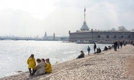 La gente si rilassa su Neva River Fotografia Stock Libera da Diritti