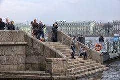 La gente si rilassa su Neva River Fotografia Stock