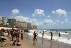 La gente si rilassa sulla spiaggia atlantica della costa a Cadice Immagine Stock