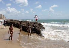 La gente si rilassa sulla spiaggia atlantica della costa a Cadice Immagini Stock