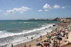 La gente si rilassa sulla spiaggia atlantica della costa a Cadice Immagini Stock Libere da Diritti