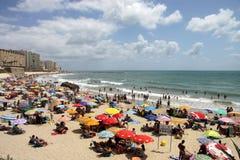 La gente si rilassa sulla spiaggia atlantica della costa a Cadice Fotografie Stock Libere da Diritti