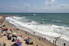 La gente si rilassa sulla spiaggia atlantica della costa a Cadice Fotografia Stock Libera da Diritti
