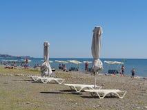 La gente si rilassa sulla spiaggia, località di soggiorno Soci, Russia del mare Fotografia Stock