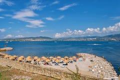 La gente si rilassa sulle rive del mare un il giorno soleggiato Immagine Stock