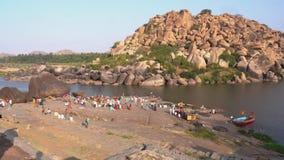 La gente si rilassa in un bello posto dal fiume archivi video
