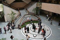 La gente si riunisce nell'atrio del museo di Shanghai Fotografia Stock