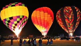 La gente si riunisce per guardare la mongolfiera annuale emettere luce in Glendale Arizona immagine stock