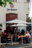 La gente si siede fuori di un ristorante a Monaco di Baviera del centro, Germania Immagini Stock