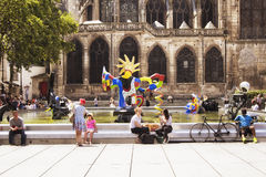 La gente si siede intorno alla fontana di Stravinsky immagini stock libere da diritti
