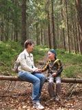 La gente si siede sulla foresta di inizio attività fotografia stock libera da diritti