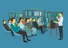 La gente si siede in una stanza ed ascolta altoparlante di discorso Immagini Stock