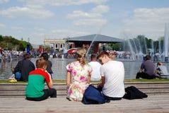 La gente sienta y mira el concierto en el parque de Gorki en Moscú Imagen de archivo
