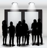 La gente siluetea la mirada en el capítulo vacío en Art Gallery FO Imágenes de archivo libres de regalías
