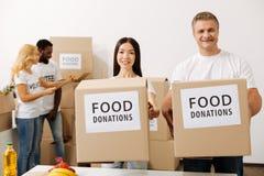 La gente sincera animada que trabaja en nueva caridad hace campaña Imagen de archivo libre de regalías