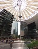 La gente a Sony Center a Berlino fotografie stock
