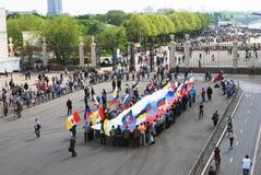 La gente sostiene una bandera rusa. Vista del parque de Gorki. Foto de archivo