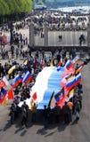 La gente sostiene una bandera rusa. Vista del parque de Gorki. Foto de archivo libre de regalías