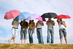 La gente sotto gli ombrelli Fotografia Stock